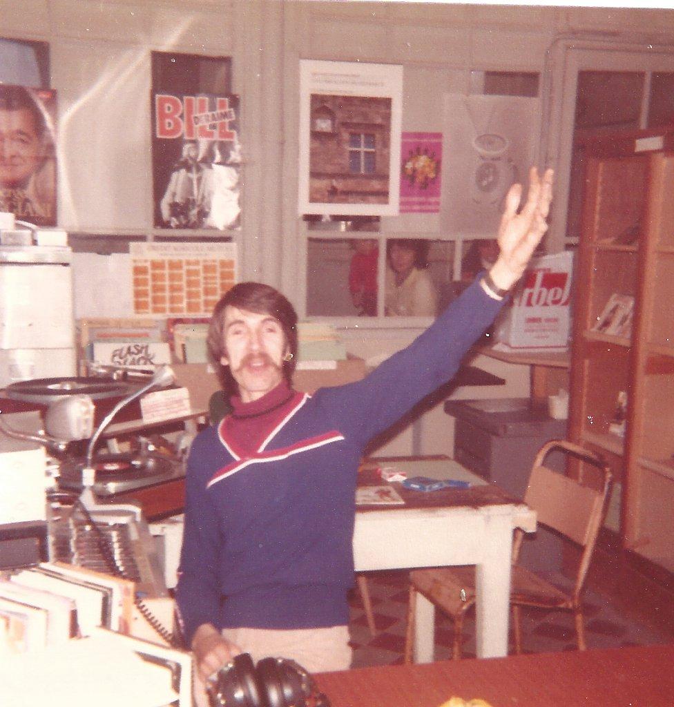 1er studio de Radio Pile situé Boulevard de la Glacière ancien Hopital à PRIVAS. Alain ASSIUS en régie.